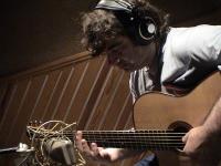 Pere Soto al estudi del Enric Lindo gravant el disc Blue Drag